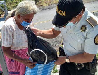 El acto de amor de policías hacia una anciana