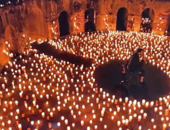 Rodeado de velas y en la intimidad, Arjona canta desde la Antigua para el mundo